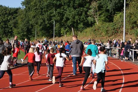 Lauftag 2018: Ganztagsgrundschule feiert Sommerfest mit rund 400 Kindern und Familien