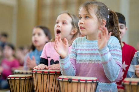 Schule im Takt: Zauber aus 400 Trommeln an der ASS